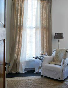 Linnen gordijnen afgewerkt met een witte pakrand