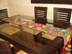 camino de mesa en arpillera bordado con detalles de pompones