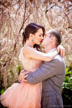 Sedinta foto de logodna inainte de nunta #photoshoot #savethedate #engagement #couple #nunta #fotograf Couple Posing, Couple Photos, Romantic Couples, Couple Photography, Dating, Photoshoot, Poses, Engagement, Elegant
