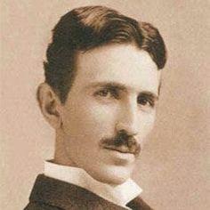 Nikola Tesla (1856-1943): Prominente físico de origen serbio, creador de varios inventos en el campo de las fuerzas magnéticas y la electricidad. Propuso un sistema mundial para la transmisión de energía eléctrica sin cables, creó varios usos para la corriente alterna, la bobina de Tesla, y se le reconoce la patente por la invención de la radio.