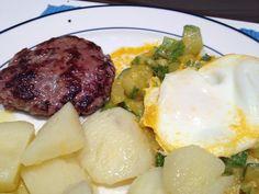 Batas cozidas com azeite e sal, hamburguinho caseiro grelhado, ovo poché na abobrinha refogada no azeite com alho 'gigante' de Córdoba e páprica picante.