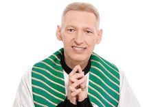"""RBU: Isso sim é diversidade: Padre Marcelo """"canta"""" Syst..."""