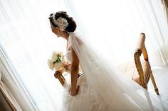 Jessica con una banda de encaje y flores de organza de seda con perlas naturales.  Jessica wearing a lace headband and silk organza flowers.  #flower #flor #tocado #novia #bride #bridal #boda #headpiece #wedding #beatuy #hair