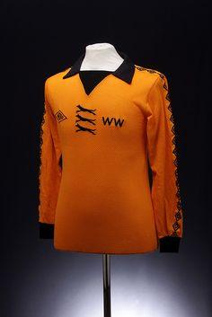 Wolverhampton Wonders Football Shirt home) New Football Shirts, Classic Football Shirts, Football Kits, Football Soccer, Vintage Jerseys, Vintage Football, Vintage Shirts, Milan Lucic, Wolverhampton Wanderers Fc