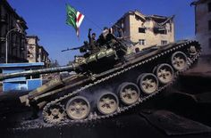Chechen fighters T72s, Grozny 1996