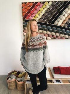 Mitt restegarnprosjekt - SKAPPEL - Se video og oppskrift her Fair Isle Knitting Patterns, Knitting Designs, Knit Patterns, Icelandic Sweaters, Cozy Sweaters, Free Knitting, Baby Knitting, Motif Fair Isle, Yarn Display