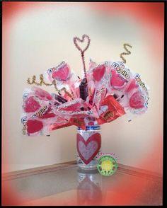 Para esa persona especial un ramillete de dulces con su bebida favorita. To that special one a candy bouquet with his/her favorite beverage. Candy Bouquet, Diy, Nosegay, Tutorials, Sweets, Blue Prints, Bricolage, Do It Yourself, Homemade