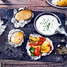 Mini-Pizzen - Rezept   EDEKA Sour Cream, Mini Pizza, Zucchini Pizzas, Camembert Cheese, Grilling, Food And Drink, Dairy, Tin Foil Recipes, Cooking