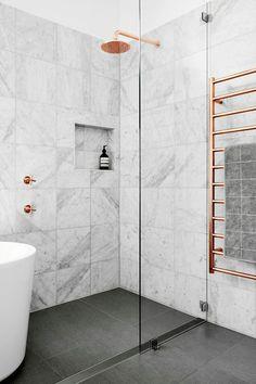 Медь в интерьере: 80 стильных вариантов медных акцентов, отделки и аксессуаров http://happymodern.ru/med-v-interere/ Светлая серая ванная комната с медными элементами сантехники