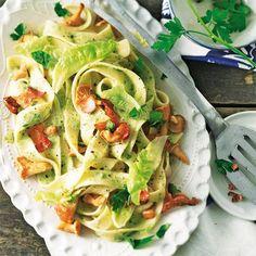 Raffiniert: Hier stecken Petersilie und Kopfsalat in der Soße. Knusprig gebratener Bacon sorgt für Biss und Geschmack.