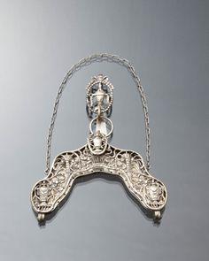 Tasbeugel met haak en draagketting van ongewaarborgd zilver. Gedragen door een vrouw uit de provincie Groningen. 1815-1818 #Groningen