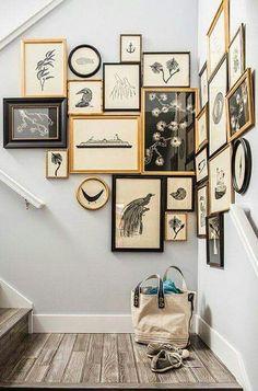 Un mur de gravures dans la cage d'escalier