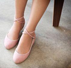 Với những cô nàng yêu thích sự giản dị , nhẹ nhàng cũng như sự thanh lịch nữ tính thì giày búp bê quả là 1 sự lựa chọn không thể thiếu và 1 điểm thu hút hơn cả là chúng lại cực kỳ dễ dàng phối hợp với quần áo , bạn sẽ thoải mái diện lên mình những bộ cánh mình yêu thích.