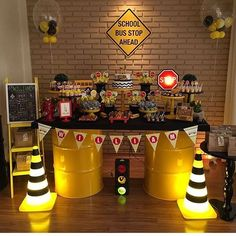 Olha que lindo! Construction Birthday Parties, Cars Birthday Parties, Construction Party, 2nd Birthday, School Bus Party, Biker Party, Transformer Party, Race Car Party, Deco Table