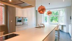 wit keukeneiland met barkrukken + koperen hanglampen als kleuraccent!