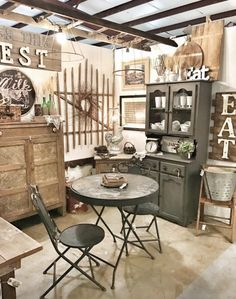 Browse hundreds of tips, tricks, and do-it-yourself guides for creating the perfect farmhouse look in your home. Booth Design, Vintage Booth Display, Store Decor, Booth Lighting, Retail Store Design, Vintage Market Booth, Window Display Retail, Flea Market Booth, Creative Booths