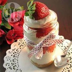 Cheesecake de morango no pote @ allrecipes.com.br - Torta de morango individual, rápida e fácil de fazer, ótima para festas!