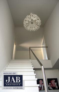 De strak afgewerkte trap naar de bovenverdieping