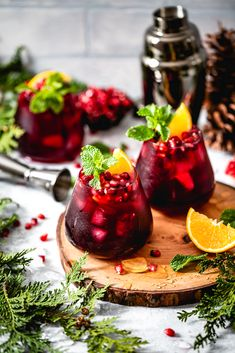 🍹 Foolproof Living knows how to jazz up holiday parties with fun, festive drinks. Your guests will love sipping on this Pomegranate and Orange Vodka Cocktail with honey simple syrup and mint. Raspberry Mojito, Orange Vodka, Hot Chocolate Mug, Banana Milkshake, Food Trends, Weight Loss Smoothies, The Fresh, Clean Eating Snacks, Cocktail Recipes