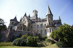 Schloss Marienburg Pattensen bei Hannover - Ihr historisches Ausflugsziel im Raum Hannover - Erleben Sie mit der ganzen Familie die Historie des Schloss Marienburg, erfahren Sie mit einer Besichtigung der königlichen Gemächer mehr über das Schloss von König Georg V. von Hannover und seiner Gemahlin Königin Marie. Heiraten im Schloss sind sowohl kirchlich in der Schloss Kapelle, als auch standesamtlich im grünen Salon möglich. Erleben Sie Ihre Heirat im Schloss als ein einzigartiges und…