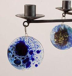 Botterweg Auctions Amsterdam > Smeedijzeren 6-armige hang-kandelaar met helderglazen en gekleurd glazen ornamenten, ontwerp Erik Höglund ca.1960, uitvoering Kosta Boda / Zweden