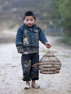 Hmong kid and his bird - Vietnam by Eric Lafforgue. Precious Children, Beautiful Children, Beautiful People, Laos, We Are The World, People Around The World, Vietnam, Eric Lafforgue, World Cultures