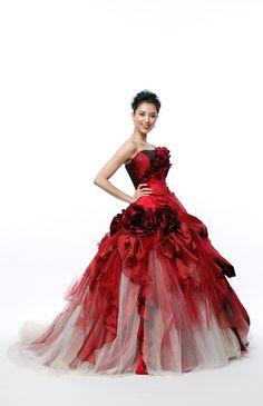 No.15-0034 何層にも重なり、ラメの施されたスカート部が豪華。赤と白のコントラストが大人っぽい雰囲気。