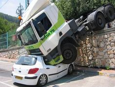 big crush - Peugeot 308 - DAF Truck