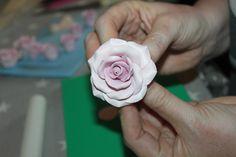 Roser pynter lett opp en enkel kake. Det tar litt tid å lage, men blir en flott detalj til både kaker og cupcakes. Her viser jeg den metoden jeg pleier å bruke når jeg lager roser. Jeg bruker som regel marsipan eller sukkerpasta når jeg lager roser. Du kan også bruke mmf (marshmallowsfondant), men det … Fortsett å lese «Hvordan lage roser» Cupcake, Rose, Pink, Cupcakes, Cupcake Cakes, Roses, Cup Cakes, Teacup Cake, Tarts