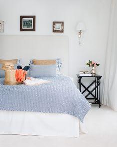 Sovrummet är ljust och sparsamt möblerat med mjuk, vit heltäckningsmatta. Sänggavel och kappa från Moltex, överkast och kuddar från Lexington. Sängbord Day home.