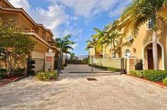 Lauderdale-by-the-Sea, FL: This is your ultimate vacation destination: nestled between the ocean and the Intracoastal waterway in tourist friendly Lauderdale-by-the-Sea, it offe...