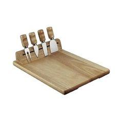 Käseplatte aus Holz mit drei Messer und einer Gabel