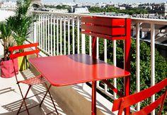 MobileFixée à la balustrade, cette table en métal offre un plateau pour 2 à 4 personnes. Repliée, elle se fait oublier. Elle est aussi équipée d'une petite jardinière, L 77 x P 57 x H 115 cm, Bistro,Fermob, 321 €.