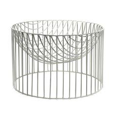 Le panier à fruits blanc CATERINA par SERAX fait partie d'une gamme de grands contenants en métal filaire.Décoration et mobilier design à Paris.Colonel shop