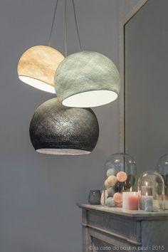 Devant la cheminée. Ce luminaire triple est composé avec: 1 S lin - 1 M perle - 1 L anthracite. 1 suspension triple tissée gris clair 80-100-120 cm.  Retrouvez toutes nos suggestions sur http://www.lacasedecousinpaul.com/fr/collections/coupoles