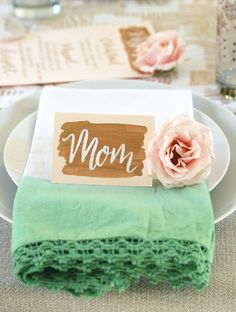 Honor your mom and host a memorable event with these gorgeous Mother's Day brunch ideas! From a sophisticated affair to pulling off a cozy breakfast in bed, these ideas are sure to please. Diy Mother's Day Brunch, Brunch Decor, Mothers Day Brunch, Brunch Party, Brunch Wedding, Brunch Ideas, Tea Party, Diy Mother's Day Crafts, Mother's Day Diy