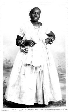 Uma crioula da Bahia. J. Melo editor. Fotografia (cartão postal), 1904-1915 - balangandan worn at the waist