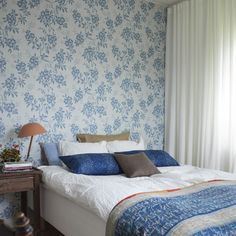 Sandberg Vera Sandberg Vera The post Sandberg Vera appeared first on Sovrum Diy. Sophisticated Girls Room, Blue Flower Wallpaper, Blue And White Living Room, Wallpaper Decor, Bedroom Wallpaper, Inspirational Wallpapers, Blue And White China, White Decor, Sweet Home
