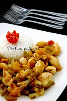 Bocconcini di pollo al curry con peperoni e riso basmati