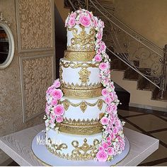 Gorgeous gold + pink floral cake design!! By @melodia_vkusa #cake #cakeart #cakedesign #cakemaster #storybookbliss #inspiration #cakeideas #sweet #desserts #events