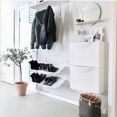 Zone d'entrée blanche avec deux armoires à chaussures 'Trones' Ikea @ mz. - - Zone d'entrée blanche avec deux armoires à chaussures 'Trones' Ikea @ mz. Ikea Hallway, Ikea Entryway, Hallway Storage, Small Hallways, Small Rooms, Ideas Para Organizar Ropa, Trones Ikea, Ikea Shoe, Condo Living