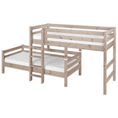 Dieses mittelhohe Bett ist ein Etagenbett der besonderen Art. Denn das untere Bett findet in schräger Anordnung zum oberen Bett seinen Platz.