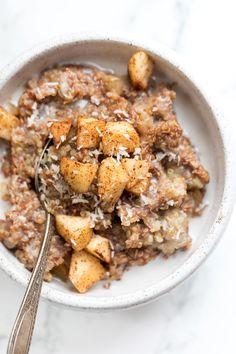 Cinnamon Apple BREAKFAST QUINOA -- a simple breakfast recipe that uses just 5 ingredients and tastes like a slice of apple pie! [VEGAN] #breakfastquinoa #simplyquinoa #quinoarecipe
