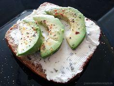 Perfekt reife Avocados sind toll - das findet auch Björn und so frühstückt er Avocado-Brötchen mit Schnittlauch Bio-Frischecreme von green heart