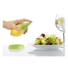 Pulveriza zumo de fruta directamente del cítrico para aliñar tus platos o aromatizar de la manera más refrescante bebidas y cócteles. Incluye 2 tamaños para sacar el máximo partido de cada fruta: uno largo para limones, naranjas y pomelos y uno corto para cítricos más pequeños como mandarinas y limas.