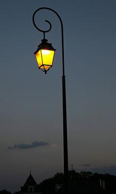 Dekorace městské lampy - manažer vyjíždí z města za šera
