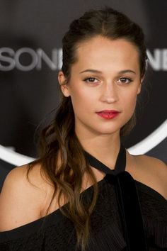 Alicia Vikander Ponytail - Alicia Vikander swept her hair back into a messy ponytail for the 'Jason Bourne' photocall in Spain.