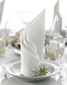 gedrehter fächer hochzeitsservietten in weiß für ein meerestischdeko