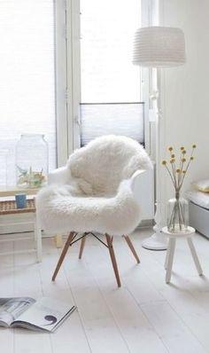 La fourure sur la chaise ~ Via Milie Libel | White | Nordic | Eames DAW Chair