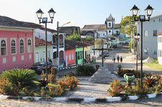 https://flic.kr/p/rA2f2m | Village sur l'île de Tinharé | Cet ancien bastion de la conquête portugaise (1505), terre stratégique pour contrôler la baie de Salvador de Bahia que convoitaient également les Hollandais, fut une enclave coloniale - dont il reste quelques vestiges comme les ruines du fort de 1630 et le mur d'enceinte, l'église du XVIIIe siècle, la grande fontaine - avant de devenir un modeste village de pêcheurs.